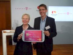 Ann Cairns, President of International Markets Mastercard, und Thomas Kiessling, Leiter Produkte und Innovationen Deutsche Telekom, stellen den Mobile Wallet vor