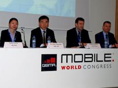Von links nach rechts: Betty Cui Jia (VP, ZTE), Dr. Zhao Xianming (EVP, ZTE), Andreas Pfisterer (CTO, E-Plus), Raimund Winkler (COO, ZTE Services Germany)