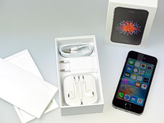 iphone se im unboxing apples kompaktes 489 euro handy. Black Bedroom Furniture Sets. Home Design Ideas