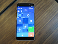 Homescreen von Windows 10 Mobile auf dem Alcatel-Smartphone