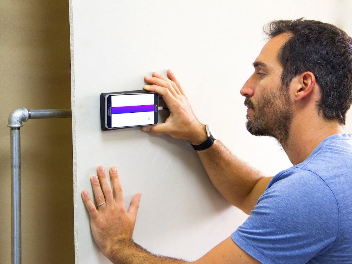 walabot mit dem smartphone nach leitungen in der wand. Black Bedroom Furniture Sets. Home Design Ideas