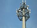 o2 Sendemast. Zu erkennen sind Richtfunkschüsseln und Sektor-Antennen.