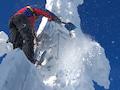 Trotz strahlend blauem Himmel: Schnee- und Eis müssen entfernt werden. Eine nicht ungefährliche Aufgabe.
