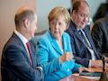 Kanzleramtsminister Dr. Helge Braun (rechts), Bundeskanzlerin Dr. Angela Merkel (Mitte), Finanzminister Olaf Scholz (links)