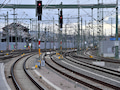 Neben den Bahngleisen liegen helle Platten. Darunter befinden sich oft Rohre für Kabel, viel Glasfaser, noch mehr Kupfer. Die Bahn sucht neue Kunden für diese Leitungen.