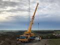 Ein Mobilkran hilft beim Aufbau eines Stahlgittermastes in Dettelbach. Anfang 2020 wird er auf Sendung gehen.