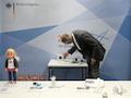 Ein Mitarbeiter der BNetzA demonstriert die Funkstörung einer Lichtleiste an einem Radio. Die Lichtleiste ist eines der rund 460 000 unsicheren Elektrogeräte, welche die Bundesnetzagentur 2017 vom Markt genommen hat