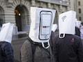 Proteste in Bern mit Papiertüten auf dem Kopf, auf denen Mobiltelefone abgebildet sind, um während der Nationalratssitzung vor dem Ausbau des Mobilfunknetzes auf den 5G Standard zu warnen