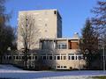 Auf dem inzwischen abgerissenen Hochhaus der Gotthilf-Vöhringer Schule in Wilhelmsdorf (Kreis Ravensburg) stand eine Mobilfunkanlage, die durch einen Sendemast ersetzt wurde. Dabei wurde die Signalleitung für Vodafone vergessen.