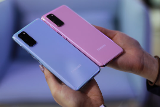 "Das Galaxy S20 in ""Cloud Blue"" und ""Cloud Pink"""