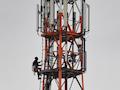 In Mellenthin (Mecklenburg-Vorpommern) klettert ein Techniker an einem Funkmast, der für 4G und 5G zuständig ist. Energiewirtschaft und Automobilbranche fordern ein eigenständiges Funknetz für die Energiewende in Deutschland, bei 450MHz