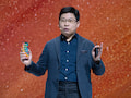 Huaweis Chef-Presenter Richard Yu mit einem Mate 30 Pro