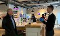 Mit Sicherheitsabstand: Swisscom CEO Urs Schaeppi (links) im Swisscom Shop. Inzwischen haben wieder 90 Prozent der Läden geöffnet.