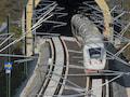 Schnell fahrende ICE Züge werden komplett per Funk gesteuert. Klassische Signale gibt es kaum noch. Durch bessere Zug-Funk-Technik profitieren auch Bahnkunden von mehr Netz