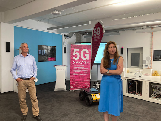 Uwe Horn, Director Pre-Sales Industry Connect at Ericsson (left) and Antje Williams Senior Vice President 5G Campus Networks of Telekom (right) present 5G-SA.