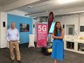 Uwe Horn, Director Pre-Sales Industry Connect bei Ericsson (links) und Antje Williams Senior Vice President 5G Campus Networks der Telekom (rechts) stellen 5G-SA vor.