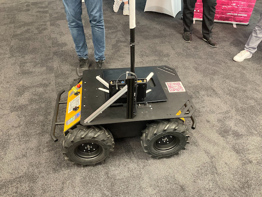 The 5G robot car from Clearpath. The white wings are the MiMo antennas for 3.7 GHz.