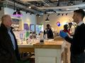 Mit Sicherheitsabstand: Swisscom CEO Urs Schaeppi (links) informiert sich persönlich vor Ort im Swisscom Shop.