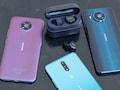 Auf einen Blick: Nokia2.4 (l.), Nokia3.4, Nokia8.35G (r.) und die Power Earbuds Lite