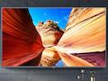 Früher hingen Bilder an der Wand, jetzt der Xiaomi Flachbild-TV, den man bald im o2-Shop kaufen kann