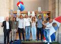 Die Swisscom unterstützt Startups, links außen CEO Urs Schaeppi, im Hintergrund das dreidimensionale Swisscom-Logo.