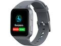 Die TCL Safety Watch MT43AX erinnert ein wenig an die Apple Watch, hat aber zwei gleich große Knöpfe und keine Krone.