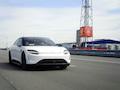 Nein, das ist kein Tesla, sondern ein Auto von Sony. Der Prototyp lernt bei Vodafone in Aldenhoven, was 5G ist
