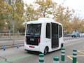 Ein autonomer Minibus fährt durch den Campus Cantoblanco der Autonomen Universität in Madrid