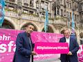 Telekom Deutschland Chef Srini Gopalan (links) und Münchens Wirtschaftsreferent Clemens Baumgärtner (rechts)