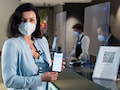 """Dorothee Bär, noch Staatsministerin für Digitalisierung, zeigt den """"Digitalen Check in"""" in einem Hotel mit ID-Wallet"""