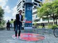 Vodafone-Technik-Chef Gerhard Mack vor der ersten Vodafone-5G-Litfaßsäule in Düsseldorf