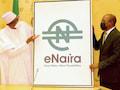 Muhammadu Buhari (l.), Präsident von Nigeria, und Godwin Emefiele, Gouverneur der Zentralbank stellen ein Plakat zur Einführung einer digitalen Währung namens eNaira vor