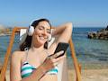 Mit einem Smartphone am Strand sollte man aufpassen